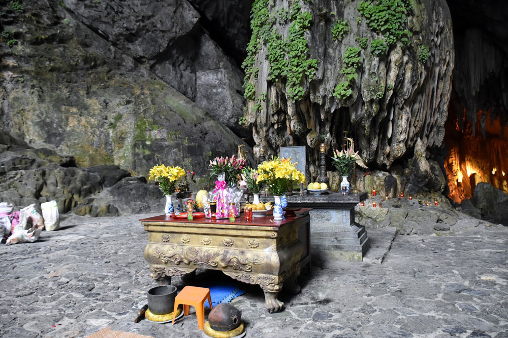 The entrance of Huong Tich Cave